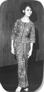 See Biew Wah: la primera azafata-modelo para el kebaya de Balmain.