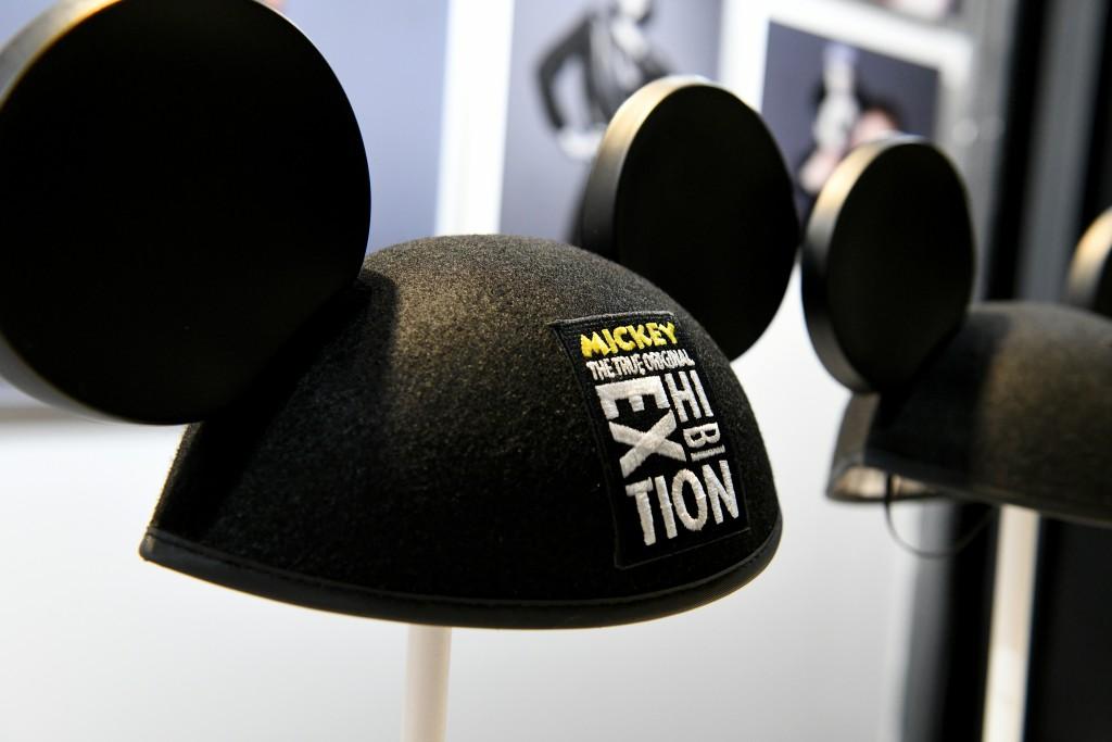 Uno de los artículos de más éxito en la tienda, el casco con las orejas de Mickey.