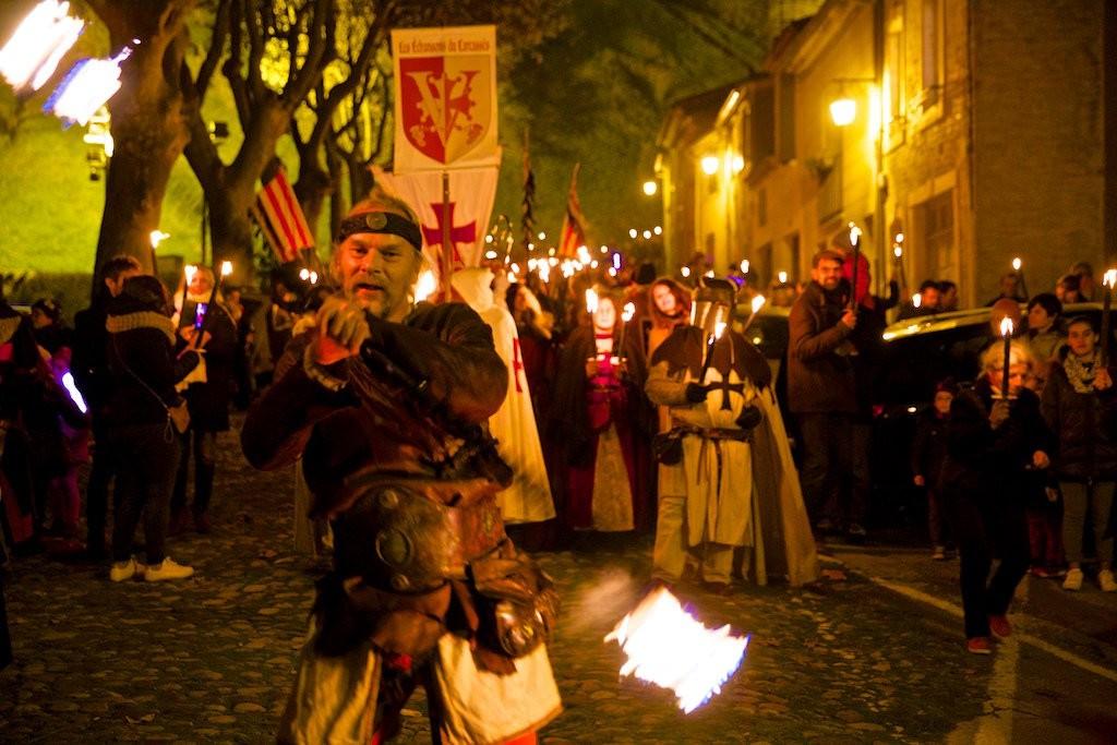 Marcha medieval con antorchas.