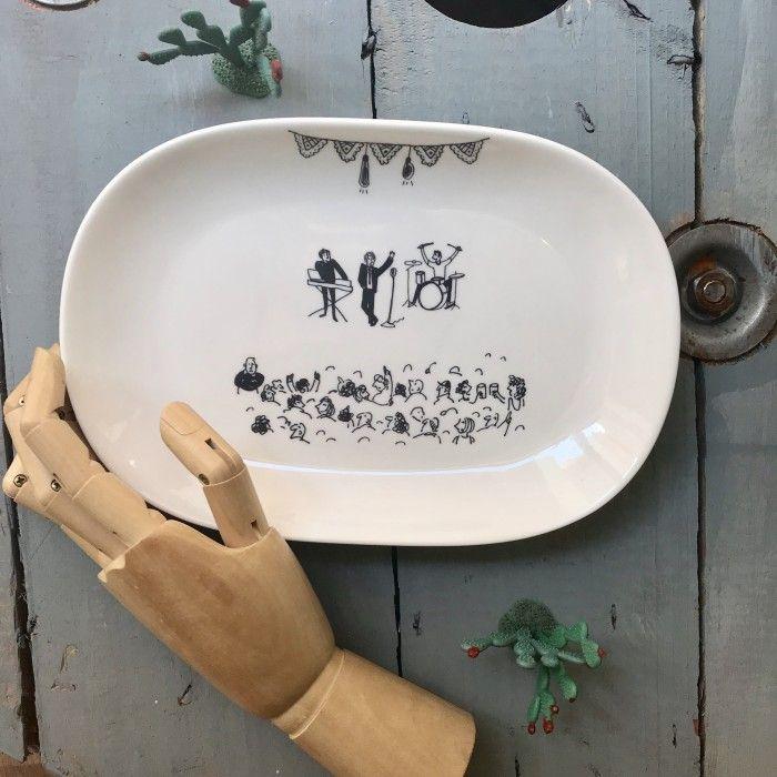 Entre los artículos, esta vajilla personalizada y pintada a mano de Chichinabo Inc.