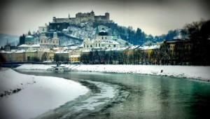 Vista de Salzburgo con la Fortaleza de Hohensalzburg con el magnífico ramillete de torres de sus iglesias góticas y barrocas.