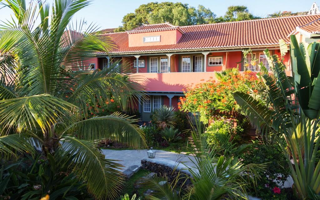 El hotel está formado por cuatro edificaciones distribuidas alrededor de un jardín interior con especies botánicas de todo el mundo.