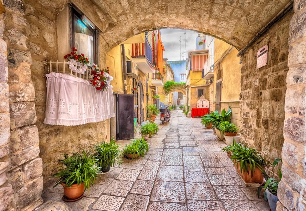 Callejón en el casco antiguo de la ciudad blanca de Bari.