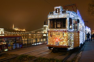 En Budapest hasta los tranvías se adornan con luces de navidad.