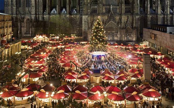 El mercado con la impresionante catedral de fondo.