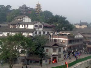 La parte tradicional de la ciudad se encuentra principalmente en los barrios de Ci Qi Kou y de Hongyadong.