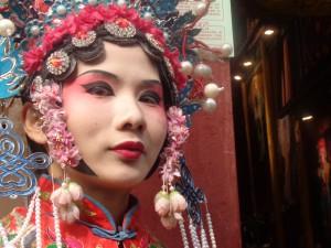 En la calle Ciqikou encuentra mujeres y hombres vestidos y maquillados de la versión china de Madame Butterfly.
