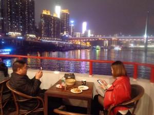 Junto con el móvil, salir a comer y cenar es uno de los entretenimientos favoritos de los chongqingueses.