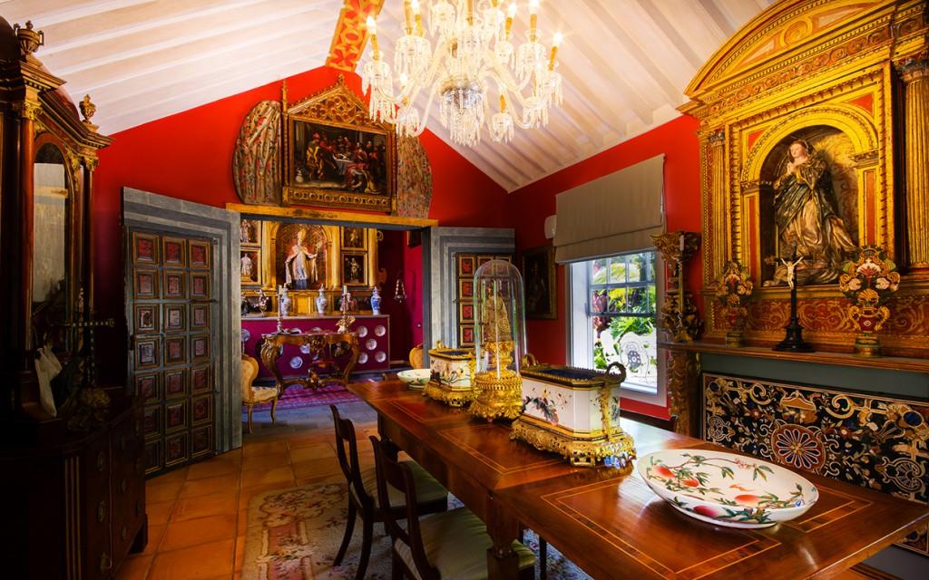La capilla del hotel conserva delicadas tallas religiosas de los siglos XVI al XIX.