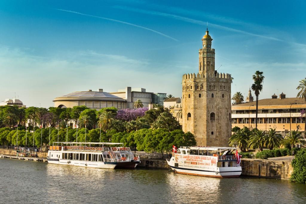 Sevilla vive en la calle y alrededor de las mesas de sus bares y restaurantes.