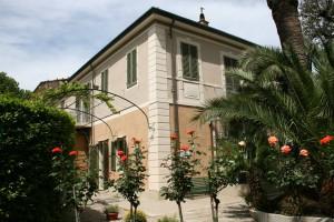 Giacomo Puccini está enterrado en su casa de Torre del Lago, donde cada verano se celebra un festival de ópera en su honor.