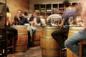 Ir de bares y tapear, el fenómeno esencial de la cultura española.