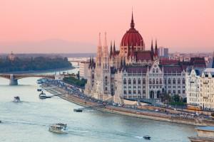 Un buen plan en toda visita a Budapest es dar un paseo en un barco privado de madera para descubrir la ciudad desde el Danubio.