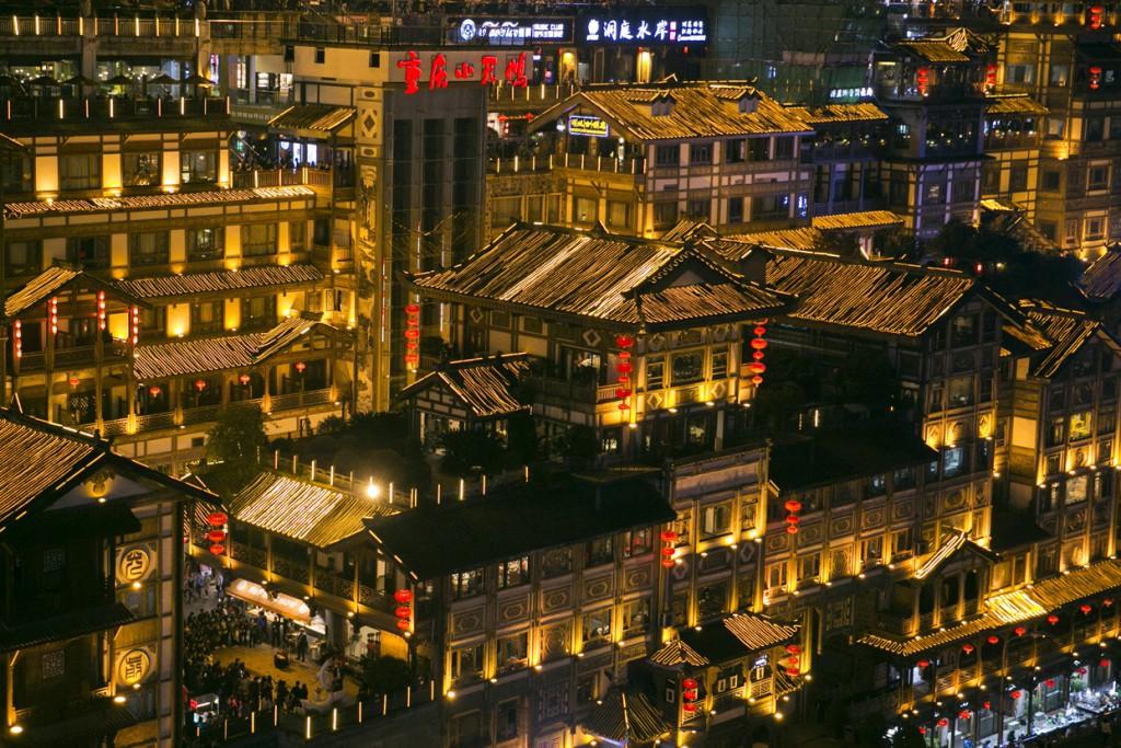 Está situada en el interior del país, a orillas del Yangtze, el río más largo de Asia y el tercero del mundo.