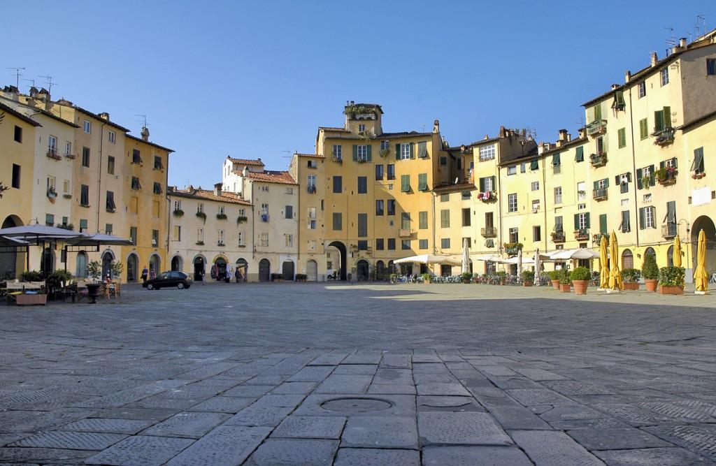 La Piazza dell'Anfiteatro, construida como indica su nombre sobre el antiguo anfiteatro romano, nació como plaza en la Edad Media.