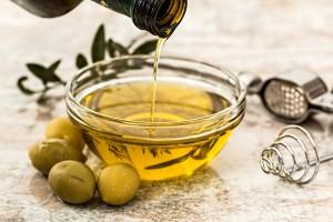 El aceite de oliva, un básico en nuestra saludable dieta mediterránea.