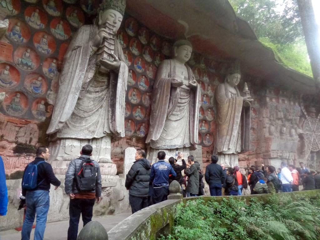 Una de las series de esculturas religiosas tallaldas en la roca en Dazu.