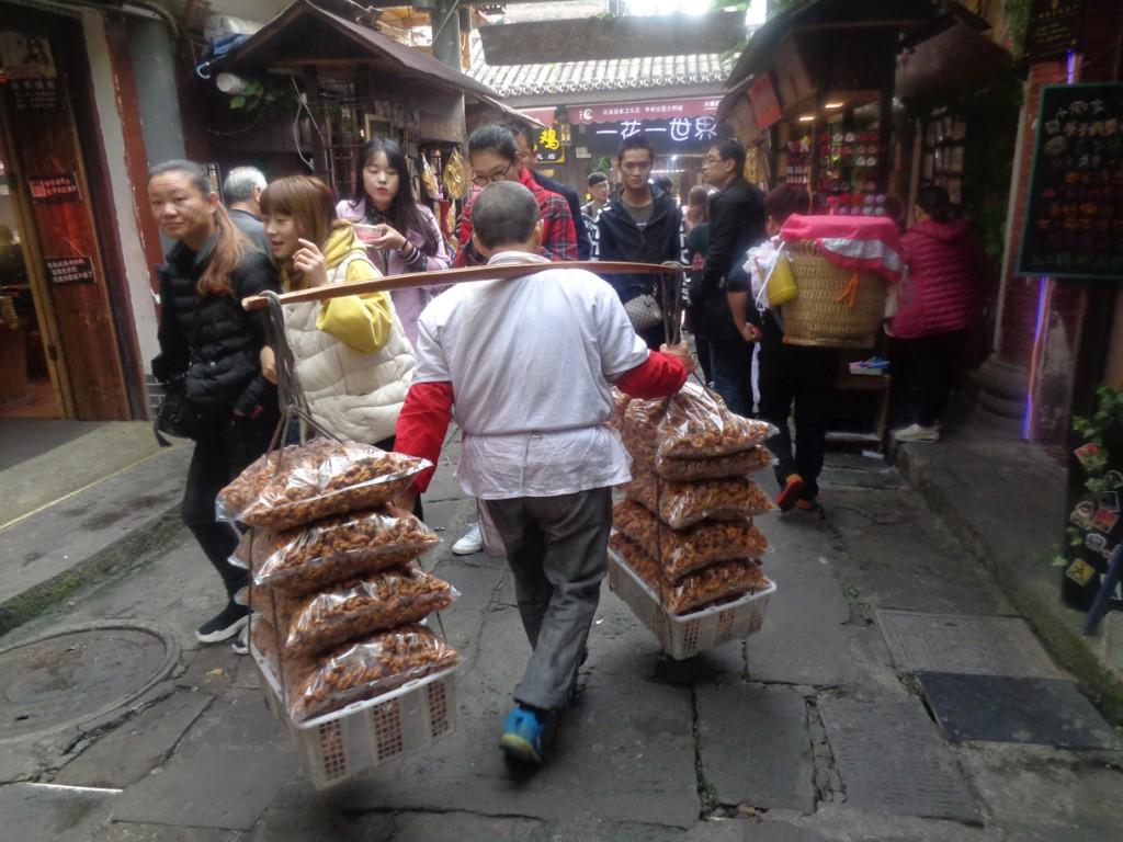 Un porteador por las calles antiguas de Chongqing.