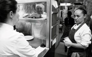 """""""Toda la gente que nos visita acaba pasando por la mesa de la cocina, aunque sea poco tiempo"""", dice Elena Arzak."""