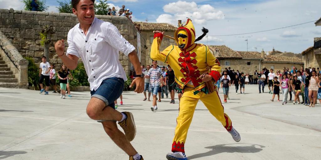 Para salir de los caminos trillados, Atlas Obscura reúne más de 600 de los lugares más extraños y curiosos del mundo. Uno de ellos (en la foto) es en un pueblo de Burgos durante la Fiesta del Colacho.