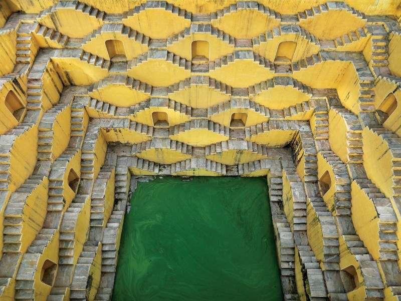 Esta guía propone maravillas arquitectónicas como el aljibe Chand Baori, (Rajastán - siglo IX) que con forma de pirámide invertida permitía recoger el máximo de agua en periodo de los monzones.