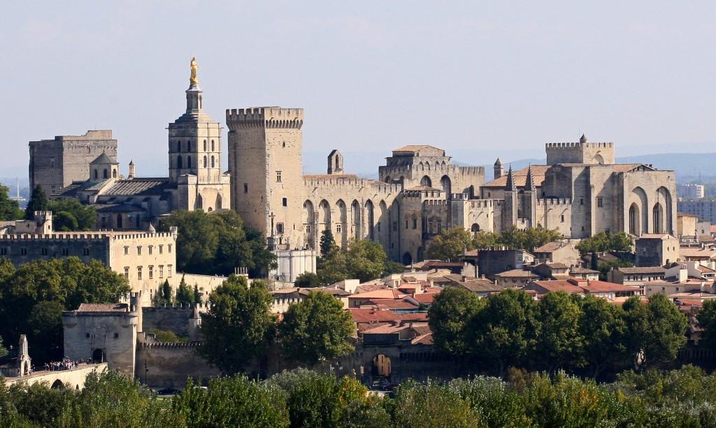 El encanto único de Aviñón, donde, ambos, la Provenza y la Toscana se ven reflejados en sus calles y edificios.
