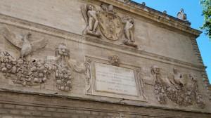 Detalle de la fachada del Hôtel des Monnaies, la única barroca que se conserva en Aviñón.