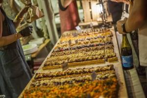 """Picar algo en uno de los festivales de verano """"Les Estivales du Rhône"""" que organiza la asociación de viticultores y chefs de la región. Foto: Les Compagnons des Côtes du Rhône."""