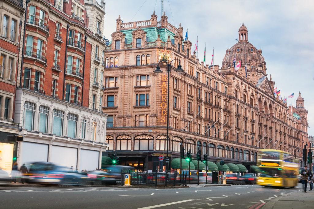 Situado en Brompton Road, en el elegante distrito de Knightsbridge.