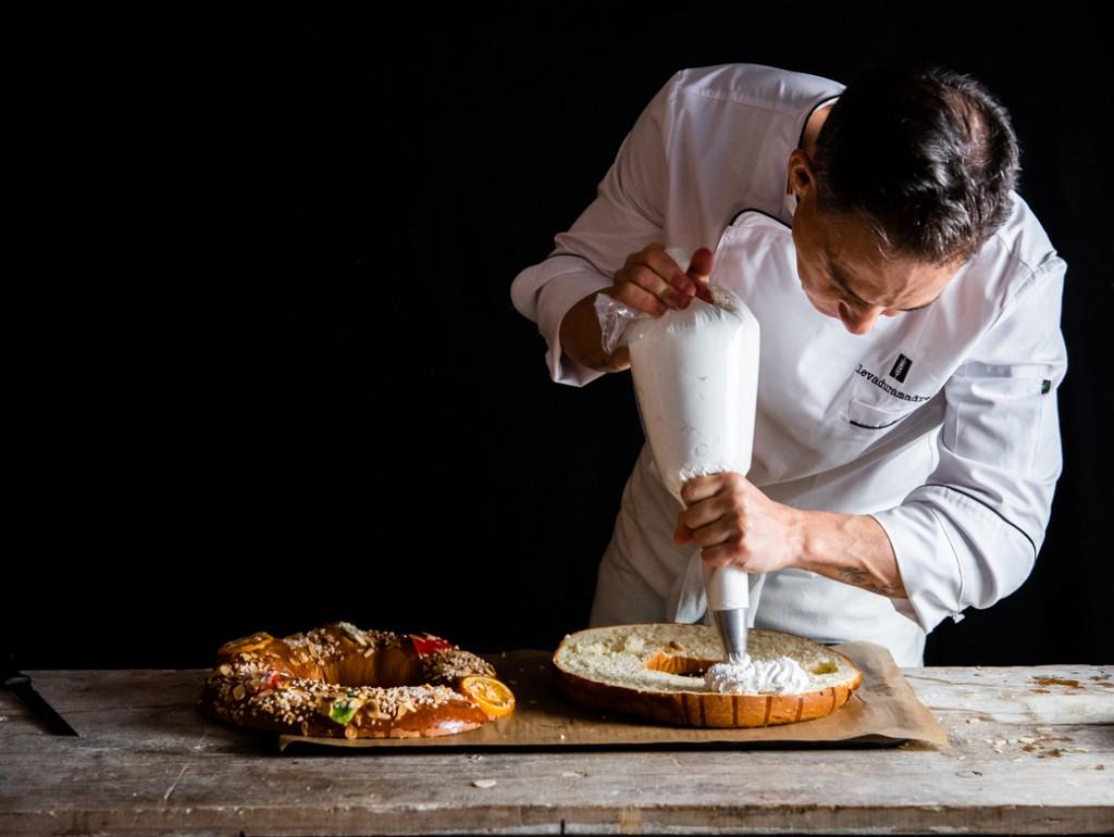 El panadero Moncho López utiliza una nata del 38% de materia grasa montada con 150 gr de azúcar glass por kilo.