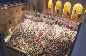 Cour d'Honneur del palacio papal durante el Festival de Aviñón. Foto: JP Campomar