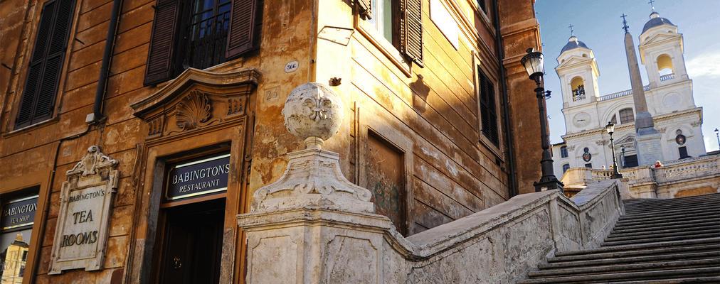 Junto a las escaleras de la plaza de España, sobrevive desde su inauguración en 1893 y es toda una institución entre los romanos.