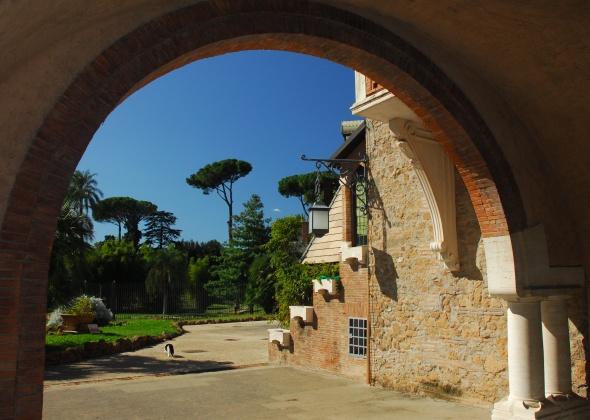 La villa perteneció a la familia noble Torlonia e incluye además de la mansión principal, varios edificios más como éste, la Casina delle Civette, convencido inicialmente como un refugio.