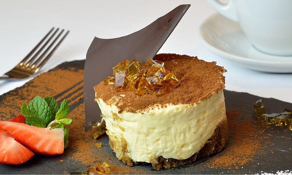 El tiramisu classico di venezia con gocce di cioccolato e amaretto.