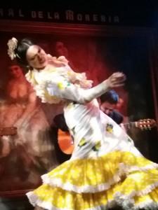 La bailaora María Moreno sobre el escenenario de Corral de la Morería parece parte de la obra de arte de detrás.