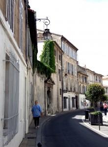 Calle muy provenzal. Esta ciudad, capital del departamento de Vaucluse, no puede faltar en una escapada a la Provenza.