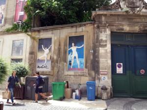 Hubo una época en la que por el impuesto de las ventanas, había que pagar por cada ventana que tuviera la casa. Contra esto, muchas ventanas se tapiaron. Con la llegada del Festival d'Avignon, éstas se reconvirtieron pasando a ser lienzos improvisados para creaciones.