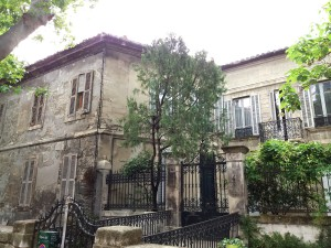 Estampas decadentes tan bonitas como esta antigua mansión, las encuentra en la rue des Teinturiers.
