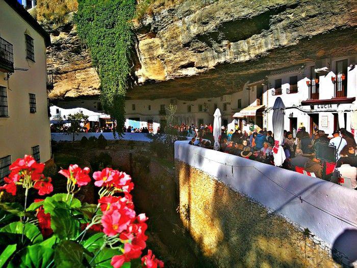 La peculiaridad de estar sus calles y casas excavadas sobre la roca de la hoz del río es por lo que atrae a sus visitantes.