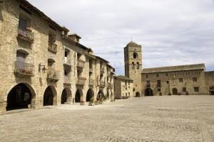 Plaza Mayor de la villa de Aínsa. Fuente: Turismo Castilla-La Mancha.