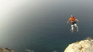 El copropietario de Corral de la Morería saltando sobre el Mediterráneo.