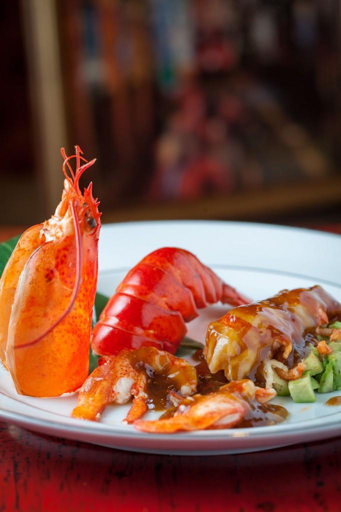 Bogavante al wok con jengibre y cebolleta, al vino de arroz de reserva, con el jugo de su cabeza y aguacate.
