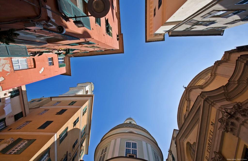 Un vistazo al cielo entre sus carruggi del centro histórico. Foto: Stefano Goldberg – Publifoto.