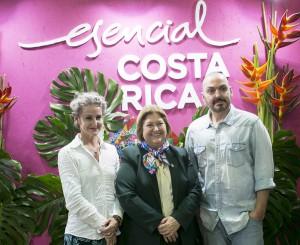 De izquierda a derecha: Carla Royo-Villanova, la Ministra de Turismo de Costa Rica, María Amalia Revelo, y Juan Duyos.