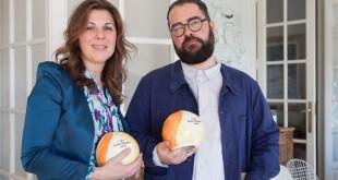 María Ritter, Directora de la Guía Repsol, y el artista Luis Úrculo, creador de los nuevos Soles Repsol.