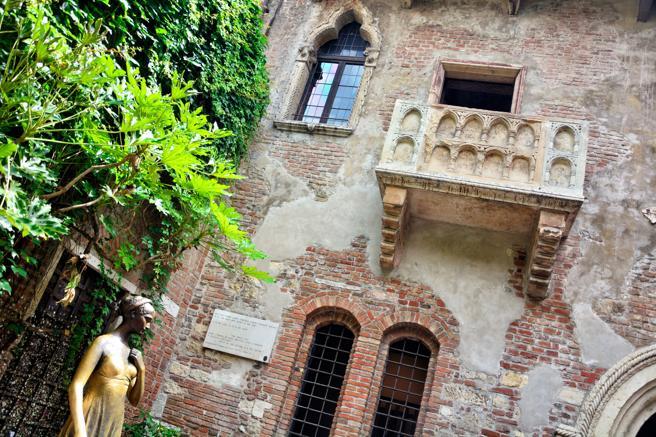 La Casa de Julieta de Verona es la mayor atracción de la ciudad. En su patio, la estatua de Julieta. Foto: Alxpin / Getty Images/iStockphoto).
