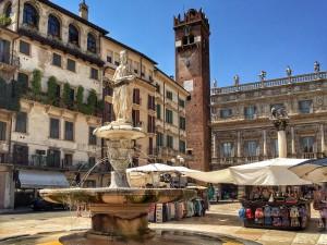 Piazza delle Erbe es la plaza con más encanto de Verona y su centro neurálgico.