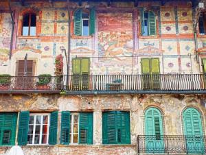 Detalle de un palacio de la Piazza delle Erbe de Verona.