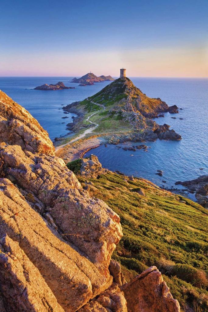 A Córcega la describe su mosaico de paisajes naturales. La bahía de Ajaccio culmina al oeste en esta punta de Parata con una torre genovesa. Foto: Slow Images / Getty Images.