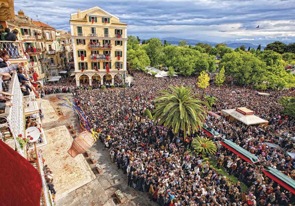 Siendo quizás la Semana Santa más fervorosa de Grecia, el sábado es el día grande, cuando se anuncia la resurrección de Jesús lanzando vasijas de cerámica llenas de agua desde los balcones. Foto: Stamatis Katapodis.